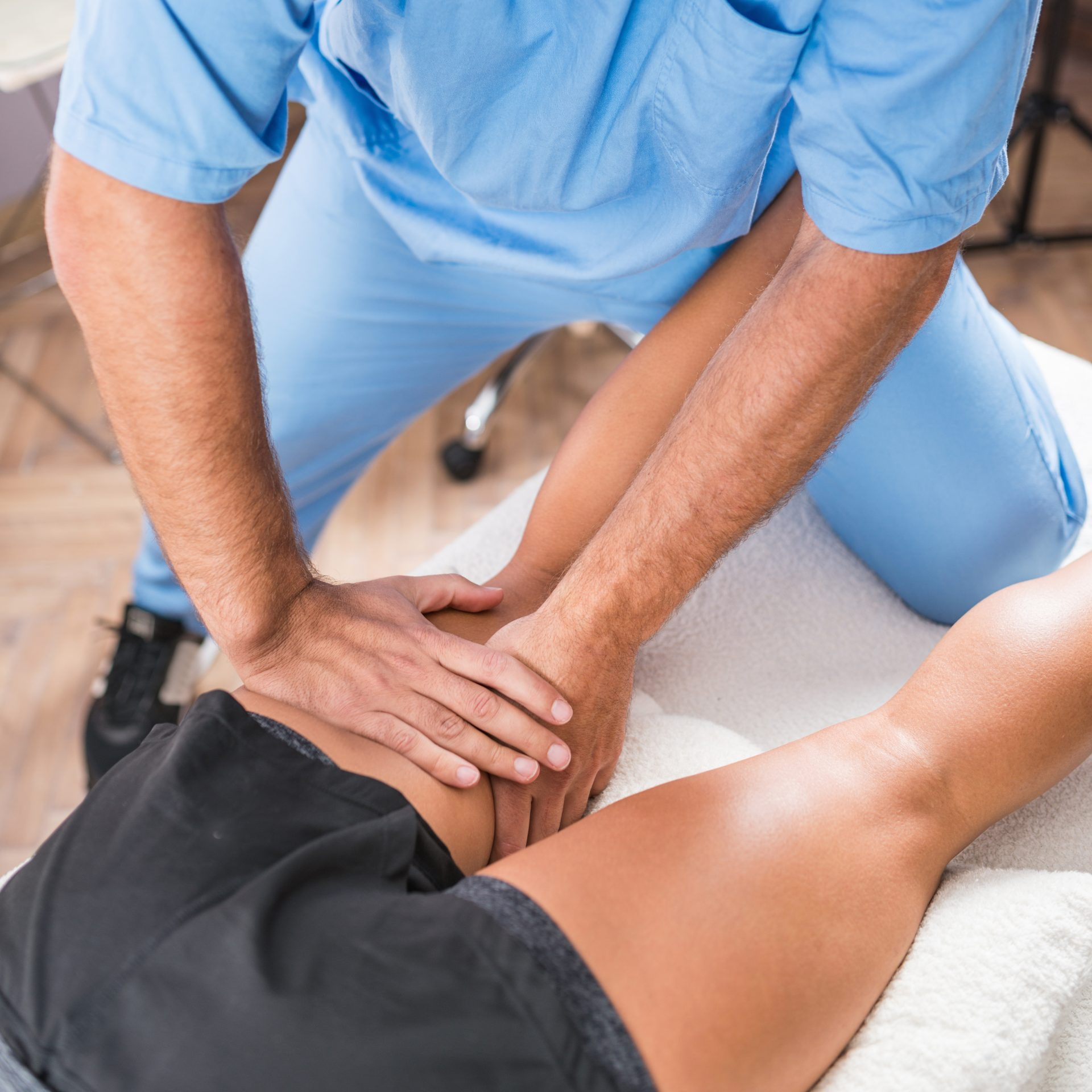 man gets physical therapy for his leg - Physical Therapist in Carney - Comprehensive Spine and Sport